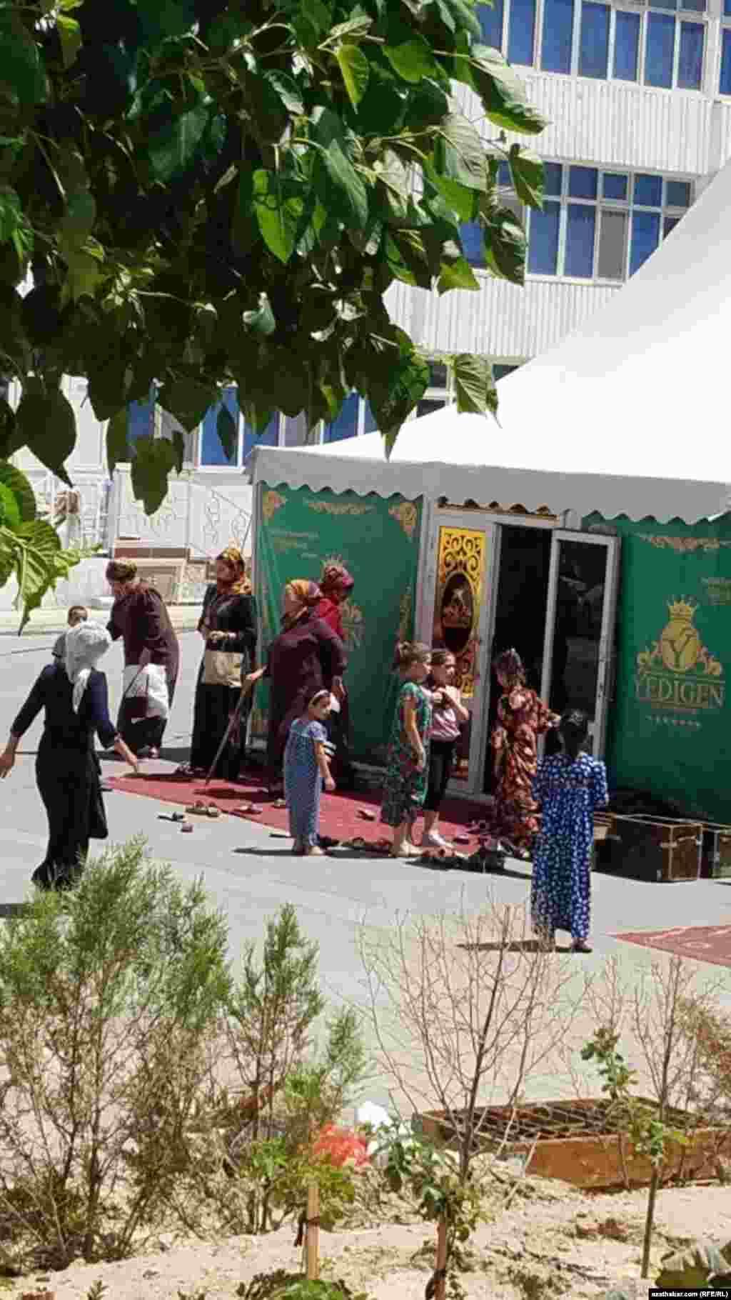 Праздничный шатер во дворе многоэтажного дома. Ашхабад, июнь, 2021.