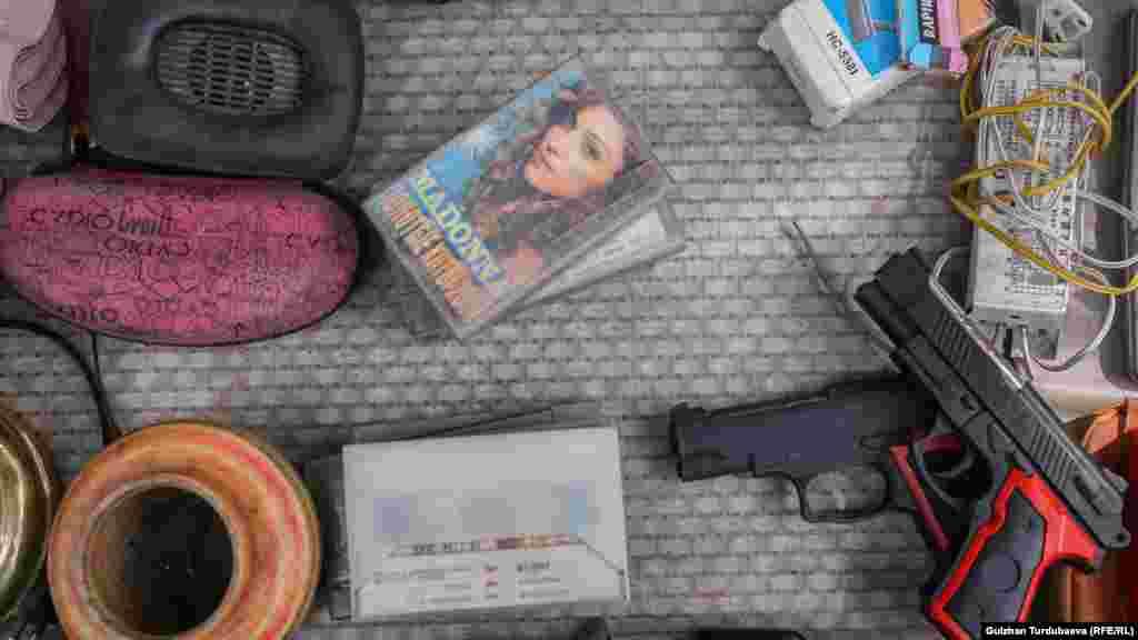Дүйнөгө таанымал ырчы Мадоннанын ыр жыйнагы жазылган магниттик кассета.