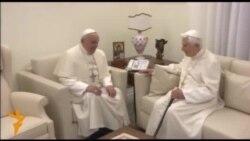Двоє пап привітали один одного з Різдвом