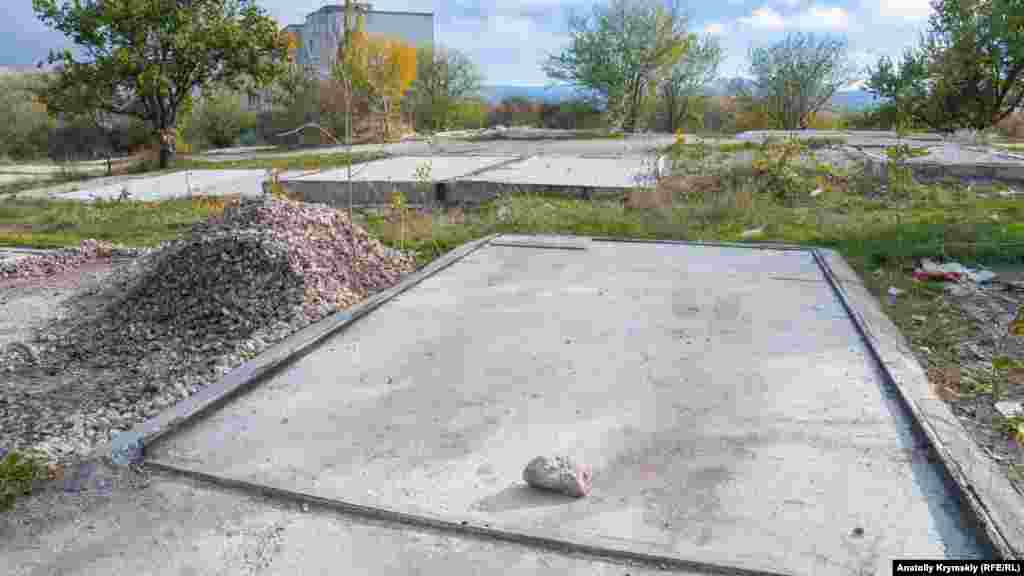 Бетонні майданчики на місці недавно демонтованих за рішенням влади металевих гаражів