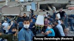 Спасувачките екипи и граѓаните втор ден ги пребаруваат урнатините во Измир
