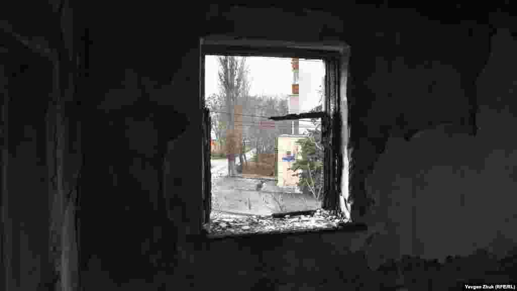 В этой комнате был пожар. Вид из окна на улицу Истомина