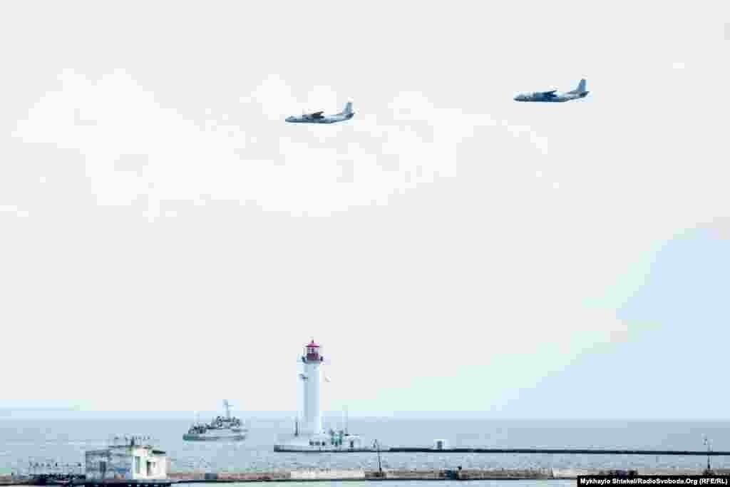 Літаки Ан-26 морської авіації ВМСУ пролітають над Одеською затокою