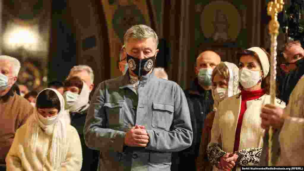 Експрезидент України Петро Порошенко разом із дружиною під час Великодньої служби в Михайлівському Золотоверхому соборі