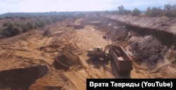 Добыча токсического песка из защитной дамбы химического хранилища Керченского железорудного комбината