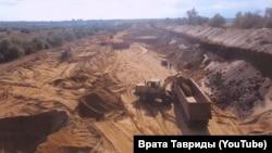 Видобуток токсичного піску із захисної дамби хімічного сховища Керченського залізорудного комбінату