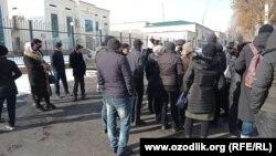 Десятки сардобинцев, оставшиеся без крыши над головой, возле здания районной администрации.