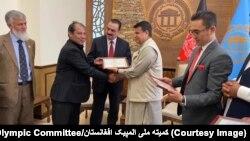 میررحمان رحمانی رئیس ولسی جرگه در حال تقدیر رهبری کمیته ملی المپیک و برخی از قهرمانان فدراسیونهای ورزشی.