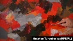 Ормон Идрисов жаңы картинанын үстүнөн иштеп жатат.