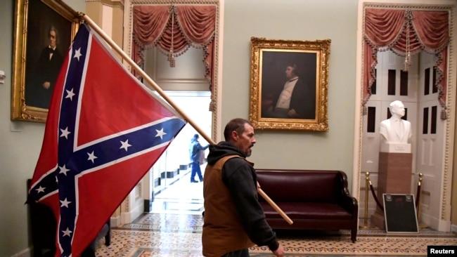 Мъж с бойното знаме на Конфедерацията.