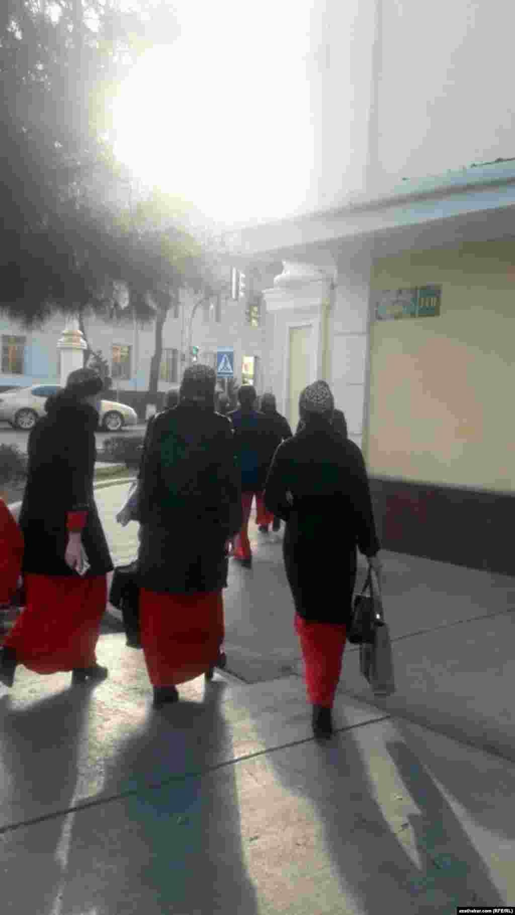 Учащиеся в школьной форме.Ашхабад, декабрь, 2020.