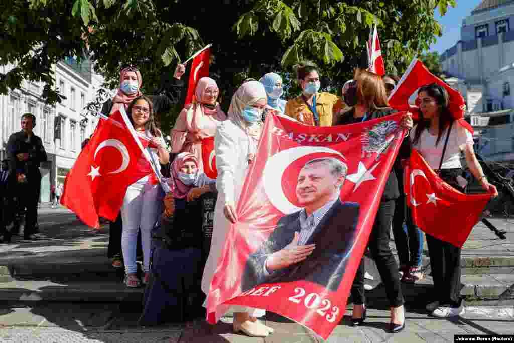 Erdoğan szállodája előtt támogatói vonultak fel.