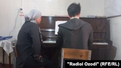 Саида Рустамова обучает музыке