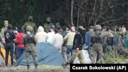Польские пограничники и мигранты на границе.