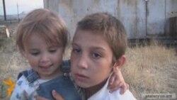 7-երեխա` փոքրիկ երկաթե վագոն-տնակում