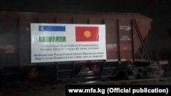 По официальным данным, в этом году Узбекистан направил в Кыргызстан как минимум пять рейсов гуманитарной помощи для борьбы с коронавирусом.
