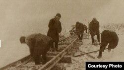 Укладка узкоколейного пути на участке 4-го лагпункта Севжелдорлага в Коми
