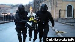 Задержание участника акции в поддержку Навального в Петербурге 21 апреля