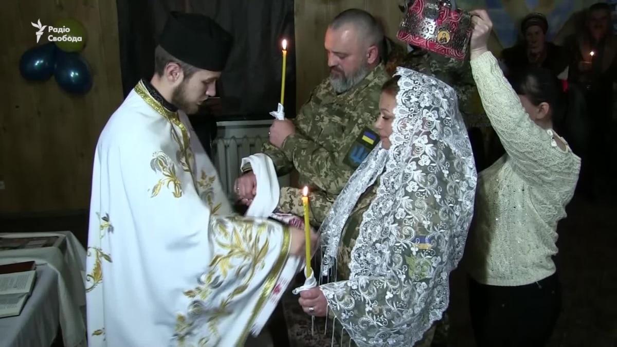 Свадьба под Донецким аэропортом: в Водяном обвенчались военнослужащие мотопехотного батальйона