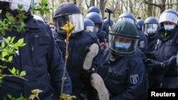 Pripadnici policije nose demonstranta tokom protesta protiv vladinih mjera za suzbijanje COVID-19, Berlin 21. aprila 2021.