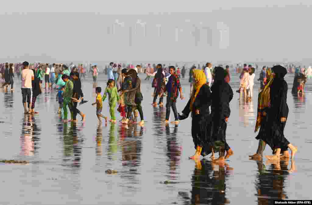 People visit the beach in Karachi on August 18 after the government lifted most of Pakistan's remaining coronavirus restrictions. (epa-EFE/Shahzaib Akber)