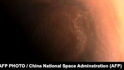 د چین د فضايي ساینس او ټکنالوژۍ ادارې له لوري د مریخ سطحې خپور کړی انځور
