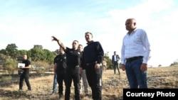 Министерот за внатрешни работи на Македонија Оливер Спасовски и неговиот српски колега Александар Вулин во посета на Старо Нагоричане каде што имаше пожар. Србија испрати четири хеликоптери за гаснење на пожарите во Македонија.