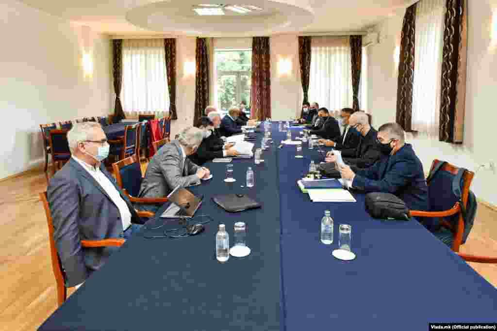 БУГАРИЈА / МАКЕДОНИЈА - Денешната средба на македонско-бугарската комисија за историски и образовни прашања заврши без никаков резултат и нема ниту минјатурен чекор поместување. Ова беше кажано на прес конференцијата на двајцата копретседатели во Комисијата, Драган Георгиев и Ангел Димитров по денешната онлајн средба на комисијата.