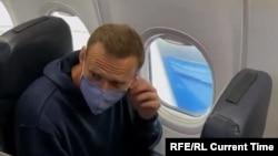 Алексеј Навални во авионот кон Москва