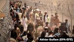 Луѓе заглавени на пакистанско-авганистанската граница чекаат да ја преминат границата кај преминот Чаман, 13 август 2021 година