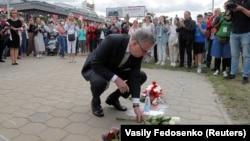 Глава миссии ЕС возлагает цветы