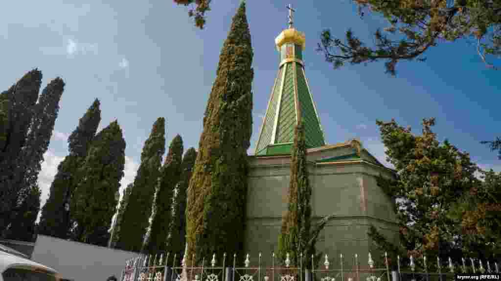 Домовая церковь Гагариных в нескольких десятках метрах от дворца. В ее дворике и была похоронена княгиня Анастасия Гагарина. Ныне церковь закрыта на реставрацию