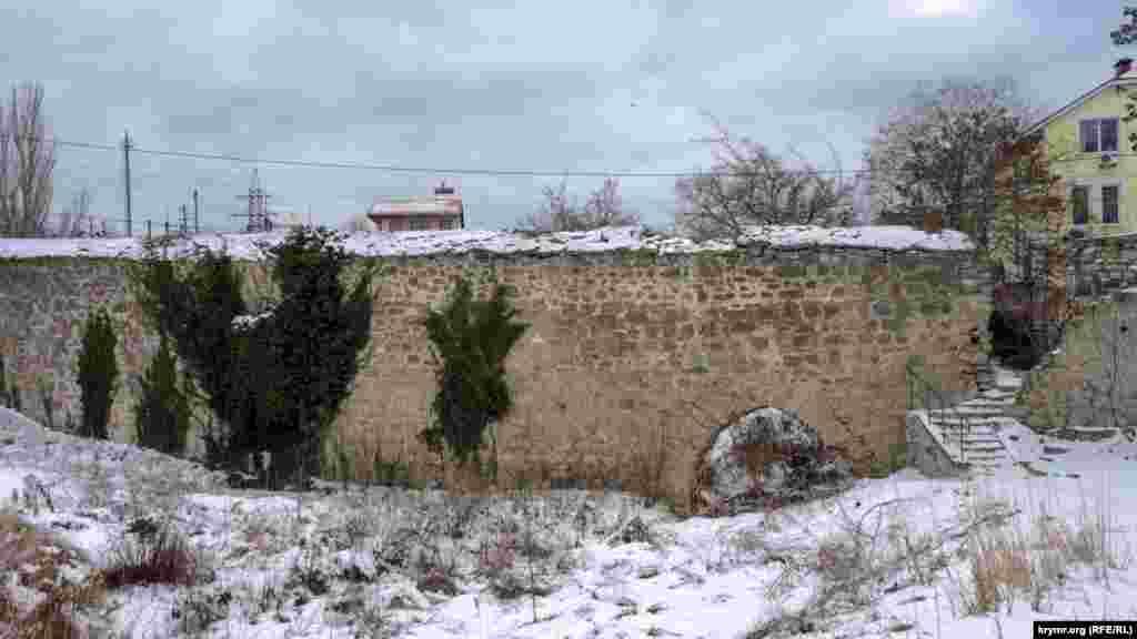 Середньовічні стіни Карантину з аркою для відводу надземних вод