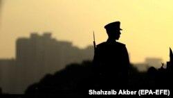 د پاکستان هوايي ځواک یو سرتېری په کراچۍ کې د هېواد د بنسټ ایښودونکي محمد علي جناح له مزار سره ولاړ دی - د ارشیف انځور.