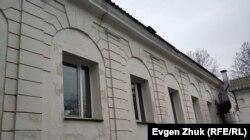 Трещины на правом боковом фасаде