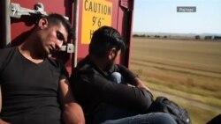 Мигранти од Грција меѓу вагони до Македонија