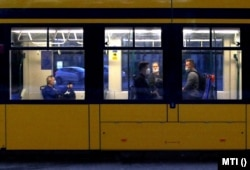 Védőmaszkot viselő utasok a Budapesti Közlekedési Központ (BKK) egyik modern villamosán a vírusos világjárvány idején, 2020. június 7.