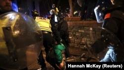 Полицијата влече демонстрант на протестите во Бристол.