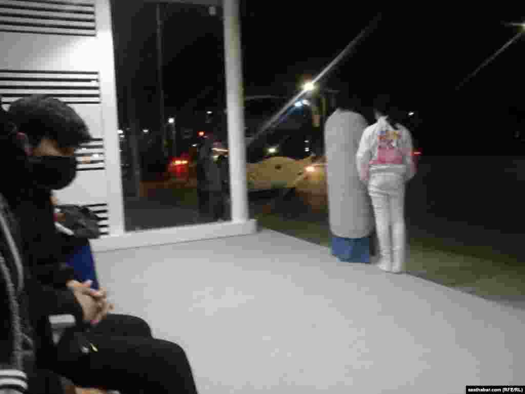 Люди ждут автобуса на остановке общественного транспорта, Ашхабад, февраль 2021 г.