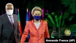 رئیس کمیسیون اروپایی در حال خروج از یک نشست خبری در لیسبون به همراه نخستوزیر پرتغال
