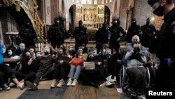 Протест прекъснал църковна служба в Гданск