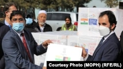 راگورام اس. سرپرست سفارت هند در هنگام تحویل دادن این محموله واکسین ویروس کرونا به سرپرست وزارت صحت عامه افغانستان