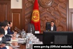 Gyrgyzystanyň häzirki premýer-ministri Sadyr Žaparow hökümet maslahatyny alyp barýar. 2020-nji ýylyň 12-nji oktýabry.