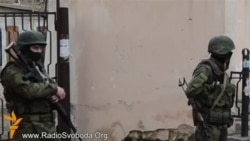 Российские военные по-прежнему на улицах Симферополя