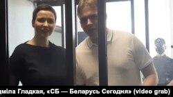 Мария Калесникова ва Максим Знак суд залида. 2021 йилнинг 4 августи.
