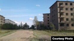 Опустевшие многоэтажки в поселке Аксу