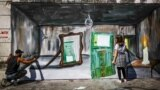 غیاث الروبه، هنرمند سوری-فلسطینی، روی یکی از دیوارها طرابلس در لبنان، دیوارنگارهای را با الهام از افزایش روزافزون نرخ دلار در لبنان به تصویر کشیده است.
