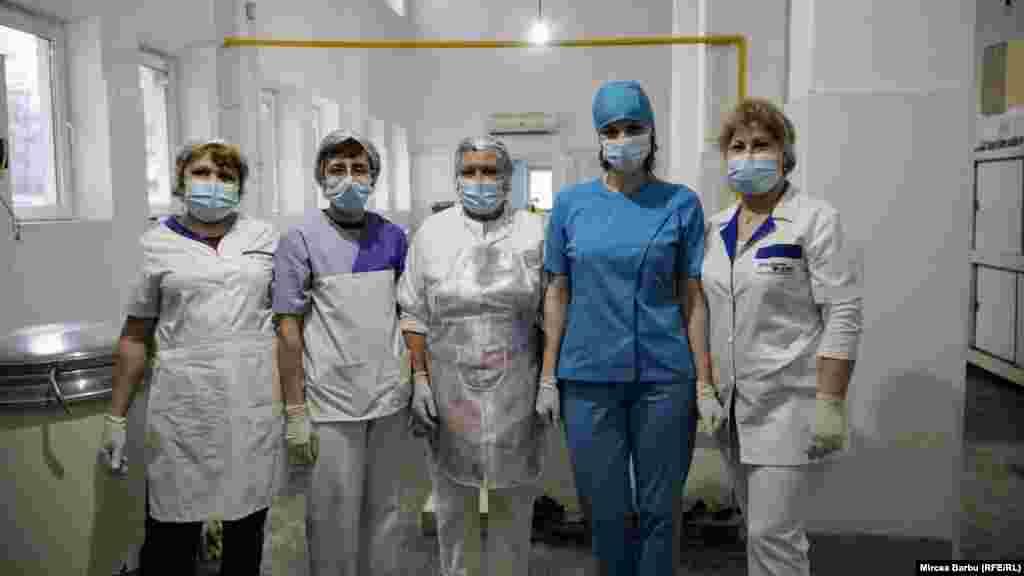 """Bucătăresele spitalului """"Caritas"""" din Roșiori de Vede, Teleorman, spital suport Covid."""