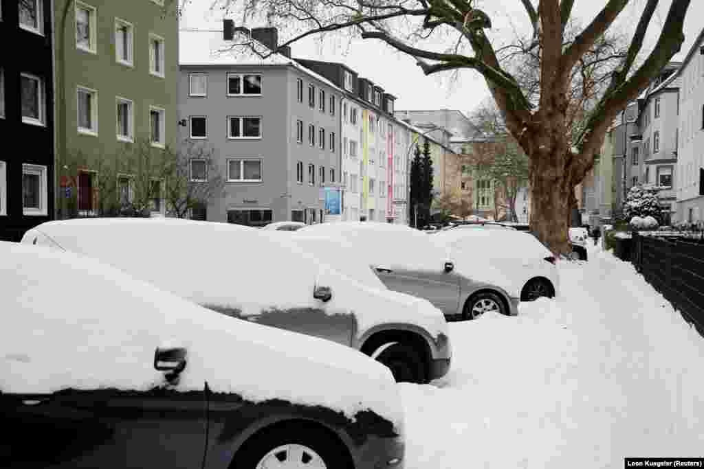 Засніжені машини в Дортмунді, Німеччина, 10 лютого 2021 року