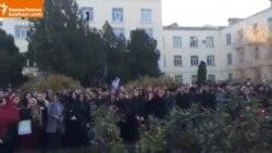 В Дагестане студенты вышли на митинг, чтобы поддержать преподавателя